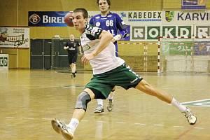Marek Vančo střílí branku do sítě Plzně.