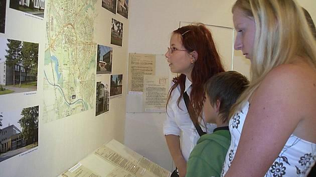 V karvinském okresním archivu začala výstava Z historie karvinského školství