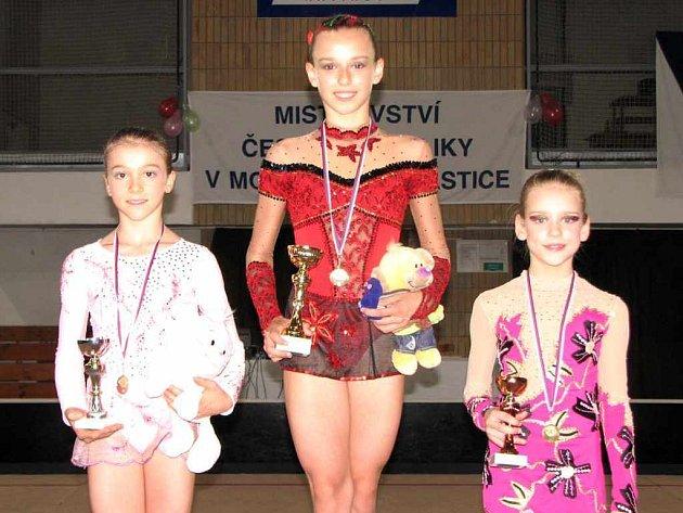 Stupně vítězů. Zleva stříbrná Anna Vágnerová, zlatá Andrea Blažková a bronzová Barbora Onderková.