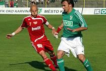 Marcel Pavlík (v zeleném) vede míč a zkušený hráč Dukly Patrik Gedeon nestíhá.