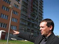 Náměstek primátora Petr Smrček před domem hrůzy ve Střední ulici v Havířově-Šumbarku, který prochází celkovou rekonstrukcí