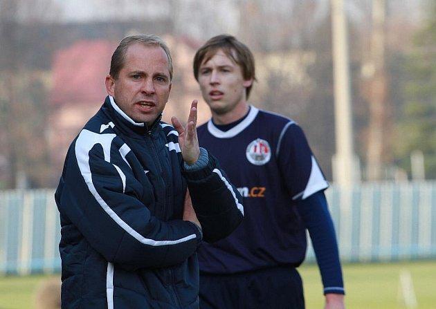 Trenér Petr Czyž (vlevo) bojuje s Dětmarovicemi o postup.