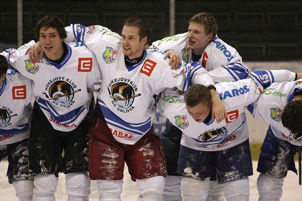 Orlová (v bílém) porazila Horní Benešov a vyhrála základní část krajské ligy. V úterý startuje play off.