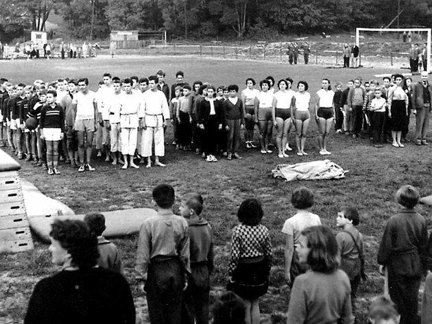 Foto zachycuje členy oddílu juda na populárních Sportovních hrách mládeže, které se uskutečnily v roce 1959 na hřišti ČSAD Havířov.