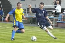 Lukáš Hojdysz (vpravo) rozhodl dvěma góly okresní derby v I.A třídě mezi domácími Dětmarovicemi a Stonavou.