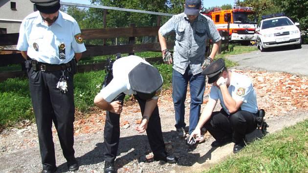Znečištěný pramen si prohlédli strážníci.