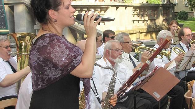 Promenádní koncert v parku za KD Radost. Hraje Azeťanka