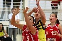 Kateřina Machálová (ve žlutém) odehrála v posledních dvou zápasech letošního roku skvělé partie.