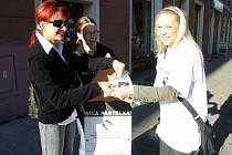 Bílé pastelky v pondělí nabízely Havířovanům také studentky 4. ročníku Střední školy v Havířově-Prostřední Suché.