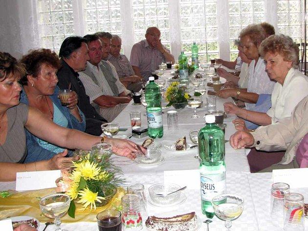 Nejstarší bývalí zaměstnanci ČSAD Havířov na slavnostním aktivu.
