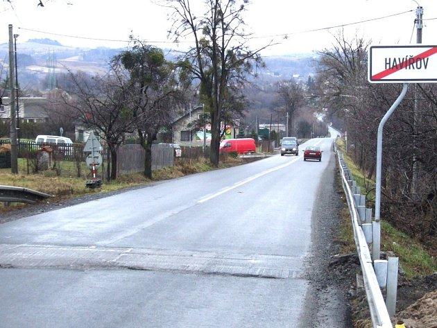 Podél této silnice by měl vést chodník.