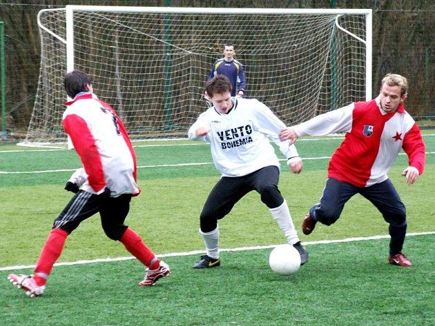 Fotbalisté Horní Suché (bílé dresy) na svého soupeře z Orlové na zimním turnaji vůbec neměli.
