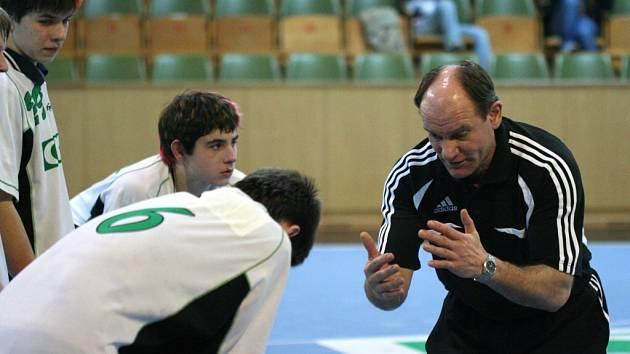 Trenér Petr Laclavik se nemůže dopočítat branek, které jeho svěřenci nasypali do sítě Zlína.