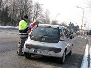 Měření rychlosti dopravními policisty na Těšínské ulici v Havířově. Paní řidičky prý dostává za rychlost první pokutu v životě