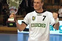 Libor Hanisch se raduje s pohárem.