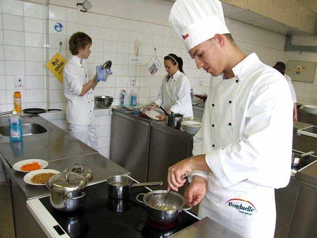 Jakub Kubálek ve školní kuchyni.