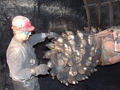 Horník v podzemí Dolu Darkov v Karviné.