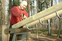 Pracovníci firmy HRAS opravili poškozené atrakce v lesoparku