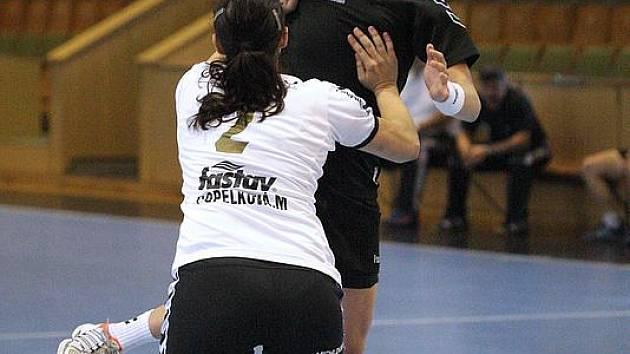 Olga Klosová (v černém) byla nejlepší střelkyní týmu v duelu s Měnínem.