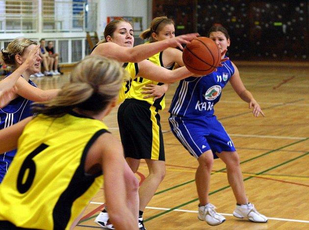 Basketbalistky Orlové (ve žlutém) učinily důležité kroky k záchraně ve II. lize.