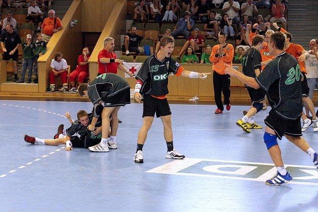Mladší dorostenci HCB OKD se radují z prvenství na Handball Cupu ve své kategorii.