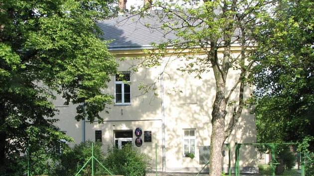 Současnost. Od roku 1828 doznala škola v Albrechticích značných změn dostavbami.