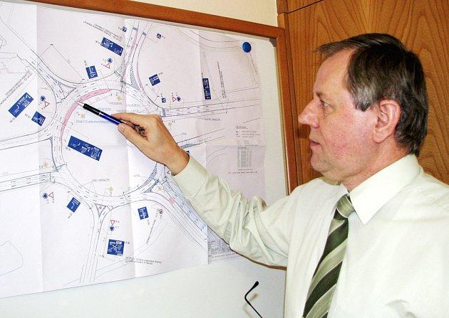 Náměstek havířovského primátora Zdeněk Osmanczyk ukazuje zmany na rondelu.
