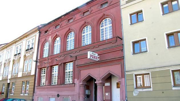 Bývalá českotěšínská synagoga (uprostřed) v srpnu 2010. Svůj původní vzhled si zachovala.