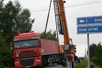 Nehoda nákladního vozu na úzké silnici