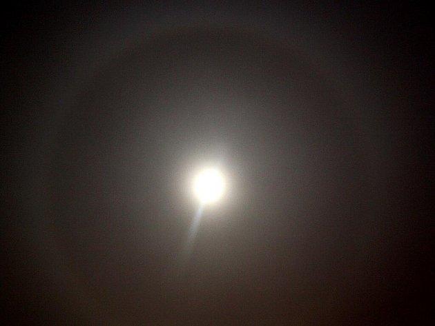 Optický jev na noční obloze, takzvané měsíční halo