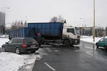 Nehoda polského kamionu s osobním automobilem na velkém kruhovém objezdu v Havířově