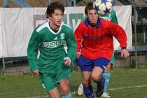 Daniel Koutný (vlevo) rozhodl jedinou trefou o osudu utkání mezi Karvinou B a Rýmařovem.