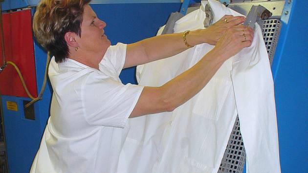 V prádelně chráněné dílny Ergon v Českém Těšíně našli práci lidé se zdravotním handicapem. Na výsledcích jejich práce to však není znát.