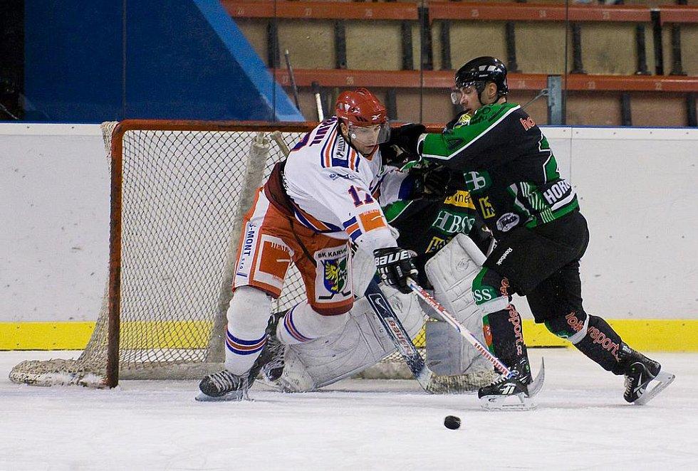 Karvinští hokejisté (v bílém) prohráli doma s Horním Benešovem 4:6.
