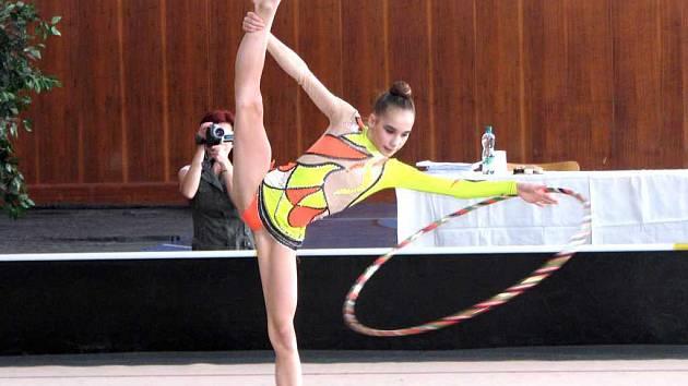 Závodnice Sportovního klubu moderní gymnastiky Havířov Blanka Žáková při cvičení s obručí.