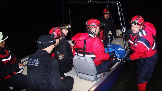 Záchranné týmy vyhledávaly cestující z letadla ve vodě i na souši a předávali je zdravotníkům.