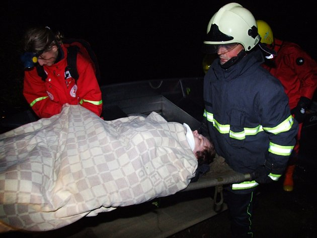 Záchranné týmy vyhledávaly cestující z letadla ve vodě i na souši a předávaly je zdravotníkům.