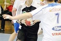 Mládežnické soutěže v házené pokračovaly dalšími koly. Na snímku je karvinský Jakub Dolák.