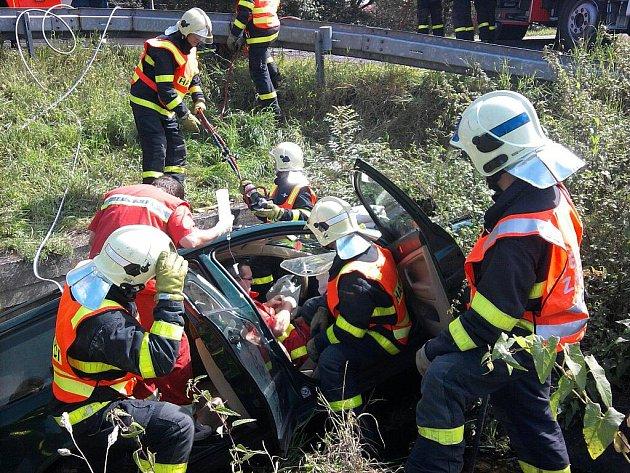 Vážná nehoda ve Stonavě. Hasiči museli zraněného řidiče z auta vystříhat.