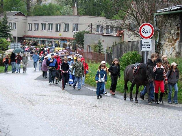 Startu oblíbené procházky rozlehlou obcí se účastnila zhruba jedna čtvrtina obyvatel, další se přidávali cestou.