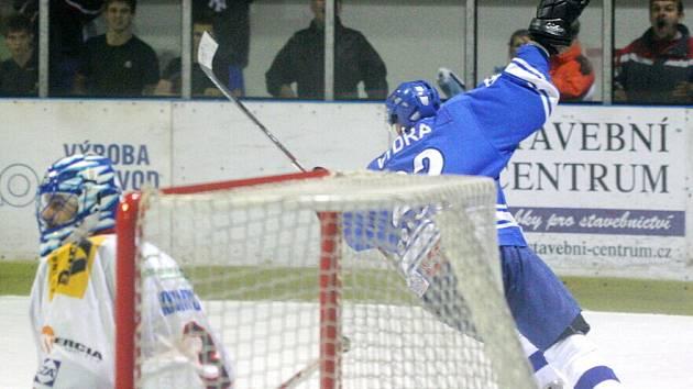 Orlovští hokejisté (v modrém) porazili doma i vedoucí Valašské Meziříčí.