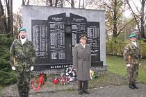 Účastníci slavnostního aktu položili věnce a kytice k Pamětní desce vojákům a letcům padlým na všech frontách 2. světové války z oblasti Těšínska.