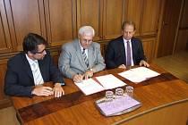 Memorandum podepsali (zleva) výkonný ředitel RPG Petr Skrla, primátor Havířova František Chobot a generální ředitel RPG Tony Aksich.