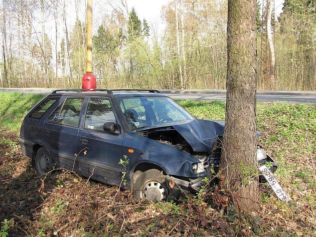 Starší řidič nezvládl řízení a sjel do příkopu, kde jízdu přerušil strom