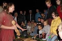 Členové skupiny Thizon předvedli malým návštěvníkům ukázky ze života Slovanů.