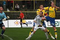 Zdeněk Látal (v bílém) se srdnatě bil s obranou soupeře, stejně jako v minulém utkání s Jihlavou (na snímku).