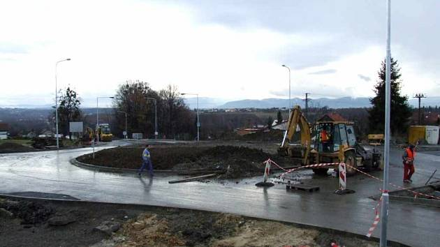 Ještě včera se na stavbě rondelu čile pracovalo, aby mohla být co nejdříve ukončena uzávěra.