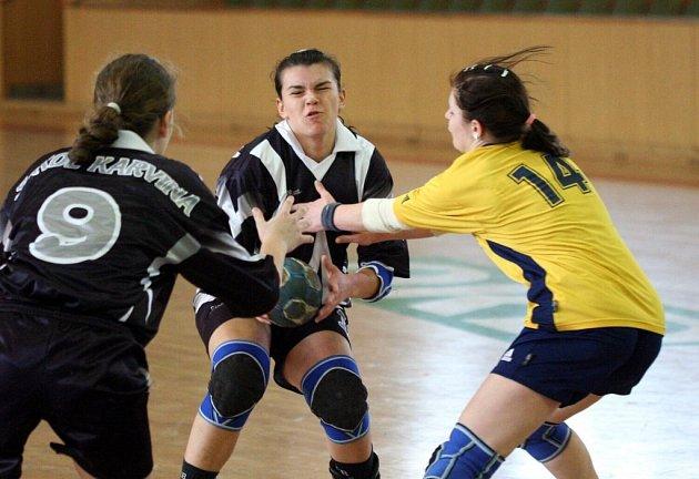 SÁRA WILCZYNSKÁ (uprostřed) bojuje s obranou soupeřek.