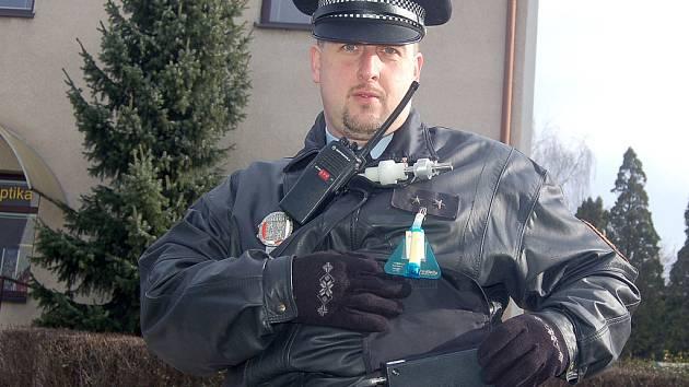 Na zjišťování kvality vzduchu se podíleli i strážníci, kteří nosili sondy.
