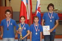 Orlovští šachisté Petr Luczyk, Hanka Kubošová, Jiří Novák ml. a Lumír Mrázek (zleva) s pohárem pro druhé místo v I. lize Euroregionu.
